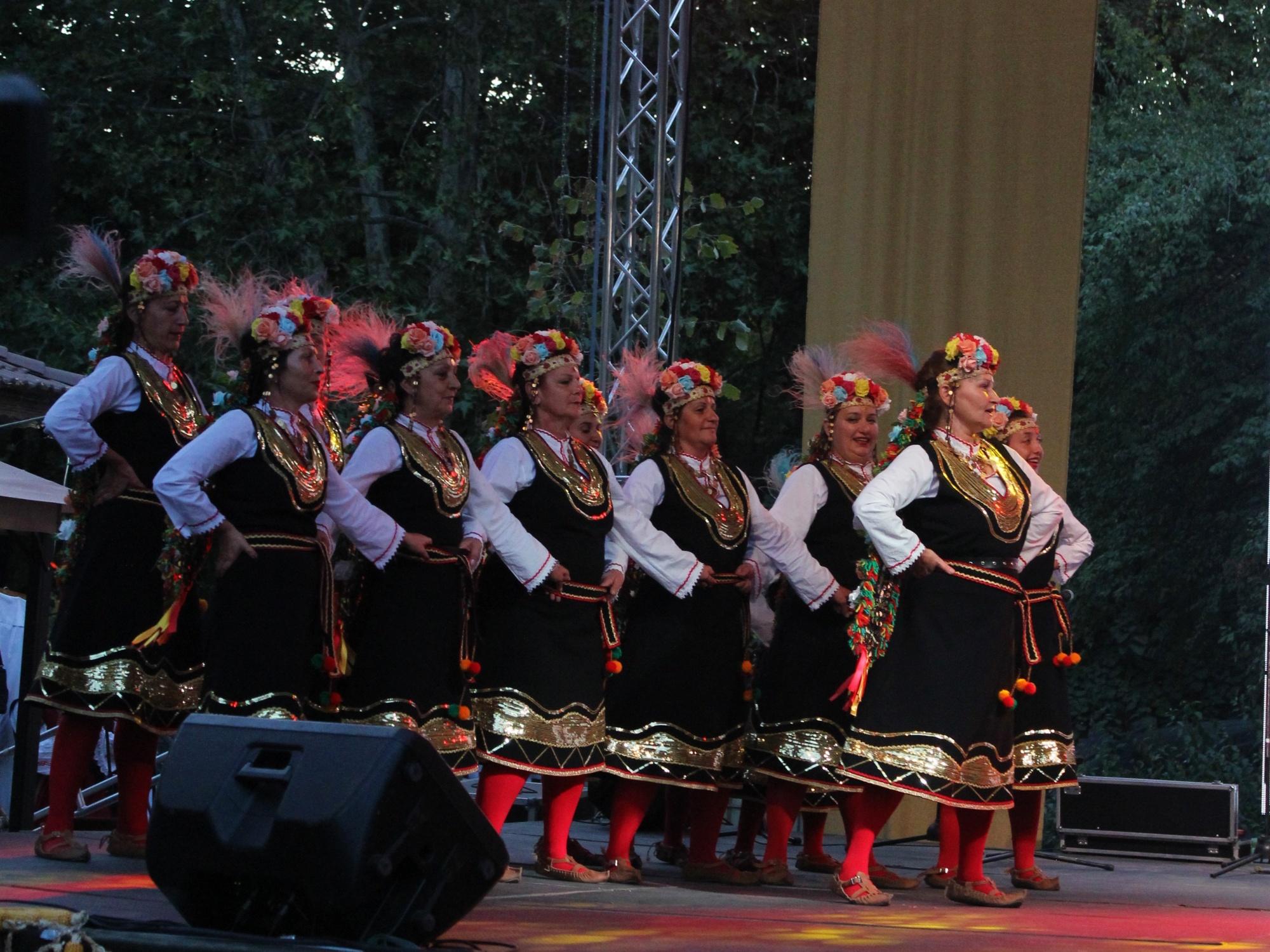 Zhenski tantsov sastav Srednogorki-4
